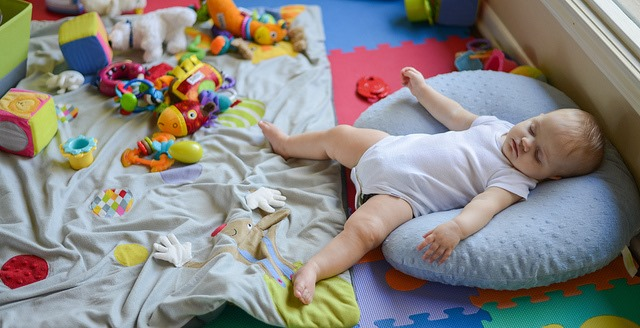 赤ちゃんが夢中で喜び遊んでしまう評判のおもちゃ3選+∞!