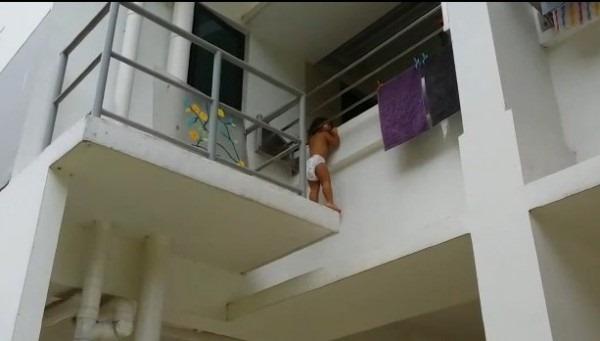 【動画】危機一髪!窓から落下寸前の女児を救った外国人労働者が話題