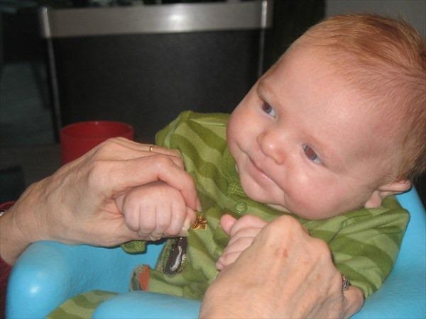 赤ちゃんと遊ぼう!原始反射を利用して成長促進させる遊び4選