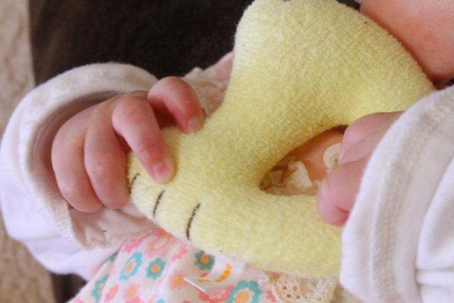 楽しそう!赤ちゃんが夢中になって握り遊びしちゃうオモチャ5選