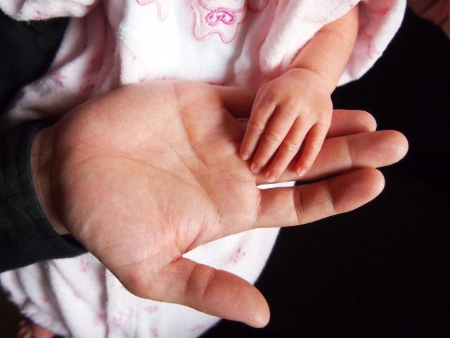 ニギニギの力はいつから強くなる?月齢別赤ちゃんの握る力について