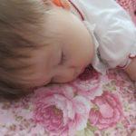 赤ちゃんのうつぶせ寝はいつから?メリットやデメリットは?うつぶせ寝好きならさせてもいい?