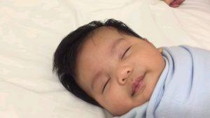 超簡単!「1分もたたずに赤ちゃんを眠らせる方法」がスゴすぎると話題!